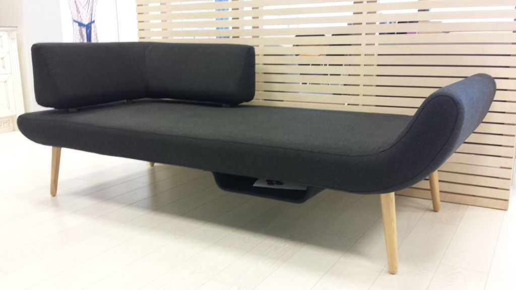 juoda-moderni-sofa